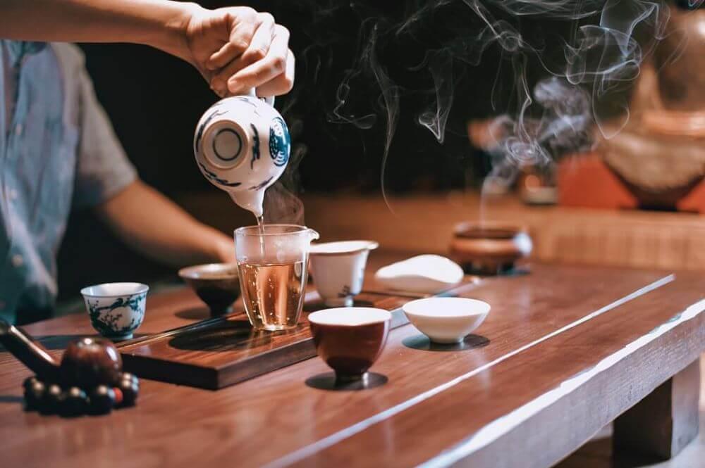 Người Việt Nam mời nhau uống trà không phải đơn thuần là để giải khát, mà là để biểu hiện một phong độ văn hóa thanh cao, một sự kết giao tri kỷ